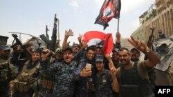 Pjesëtarët e forcave të sigurisë së Irakut festojnë pasi kanë depërtuar në Qytetin e Vjetër të Mosulit