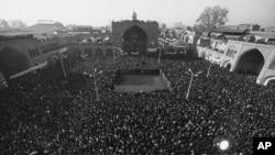 """100 000-ზე მეტი ადამიანი შეიკრიბა თეირანში ბაზრის მეჩეთთან 1979 წლის 15 იანვარს. დემონსტრანტები სკანდირებდნენ: """"გაუმარჯოს ხომეინს!"""" და """"სიკვდილი შაჰს!"""""""