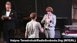 Інна Кузнецова вручає відзнаку від Радіо Свобода