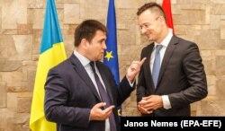 Міністр закордонних справ України Павло Клімкін (ліворуч) із керівником МЗС Угорщини Пітером Сіярто. Закарпатська область, 22 червня 2018 року