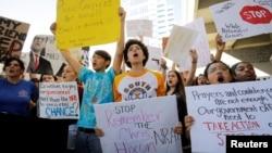 Studenti pozivaju na pooštravanje kontrole oružja i na odgovornost Nacionalne asocijacije za oružje (NRA) zbog napada na Floridi prošle srijede kada je 17 osoba ubijeno.