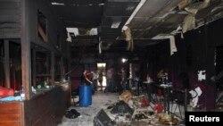 Njerëzit e inskpektojnë klubin e natës Kiss pas zjarrit nga i cili u vranë 235 vetë