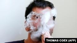 Илустрација: Човек што пушти електронска цигара