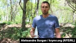 Ролан Османов с плакатами в руках