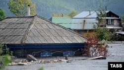 Затопленный дом на окраине Комсомольска-на-Амуре