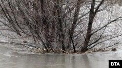 Повишаването на нивата на реките доведе до наводнения и евакуации в София и Трън