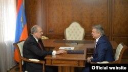 Президент Армении Армен Саркисян (слева) и и.о. премьер-министра Карен Карапетян