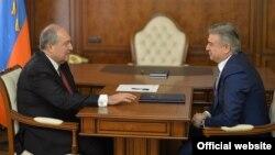 Жаңы президент Армен Саркисян (солдо) менен кызматын тапшырган президент Серж Саргсян.