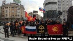 Скопје- граѓани пред споменикот Воин на коњ на протест против протерувањето на рускиот дипломат од Македонија, 27.03.2018