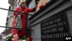 Жінка принесла квіти до будинку, де була вбита Анна Політковська, Росія, Москва, 7 жовтня 2016 року
