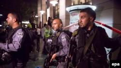 Тель-Авивтің орталығында шабуыл болған жерде жүрген полицейлер. Израиль, 8 маусым 2016 жыл.