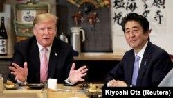 Президент США Дональд Трамп (слева) и премьер-министр Японии Синдзо Абэ. Токио, 27 мая 2019 года.