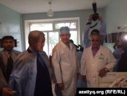 Аким Актюбинской области Бердибек Сапарбаев посещает раненных во время событий 5 июня в Актобе.
