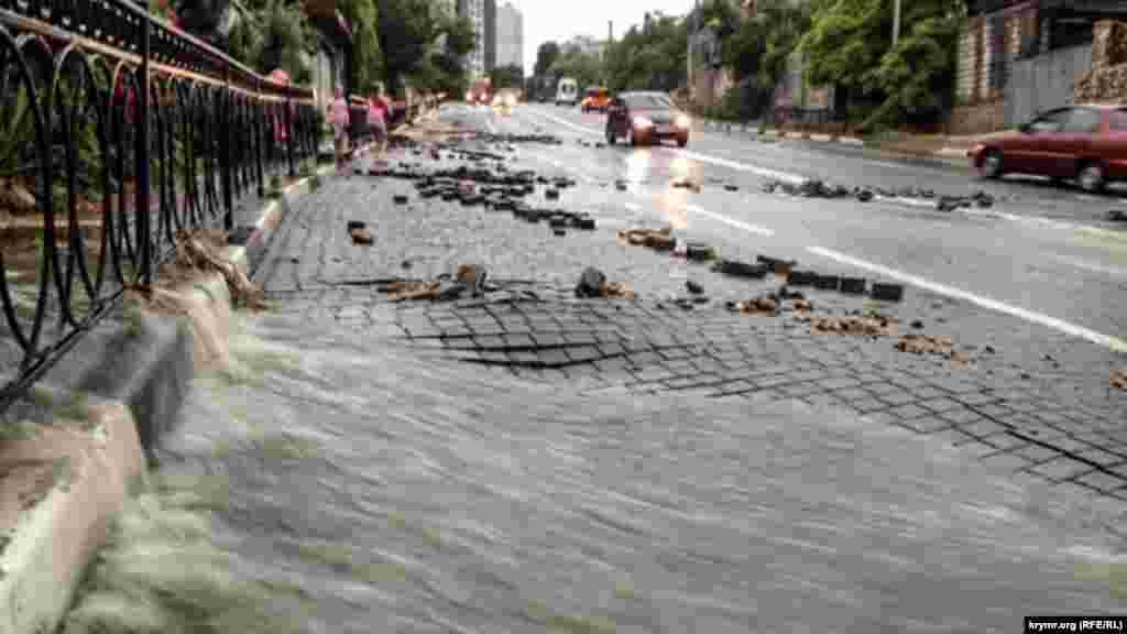 В Севастополе от ливней пострадал спуск Котовского.Как сообщает корреспондентКрым.Реалии, вода повредила дорожное покрытие в нескольких местах