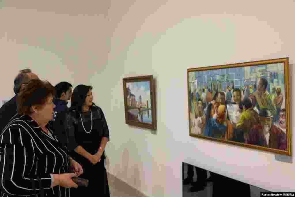 Посетители смотрят на картину Ларисы Жанпеисовой «Первый день независимости».
