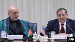 Ауғанстан президенті Хамид Карзай (сол жақта) мен АҚШ қорғаныс министрі Леон Панетта. Вашингтон,10 қаңтар 2013 жыл.