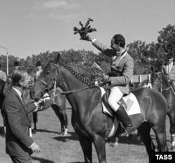 Принц Филипп, герцог Эдинбургский (слева), как президент Международной федерации конного спорта, находясь за штурвалом личного самолета, прилетел в Киев, где состоялся чемпионат Европы по конному троеборью. Киев, сентябрь 1973 года