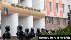 Полиция охраняет вход в парламент Молдовы. Кишинев, 3 декабря 2020 декабря.