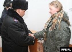 Полицейский берет российскую миссионерку Елизавету Дреничеву под арест в зале суда. Алматы, 9 января 2009 года.