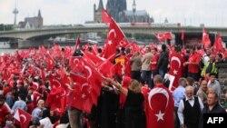 Түркиянын президенти Режеп Тайып Эрдоганды колдоп чыккандардын жөө жүрүшү. Кёльн шаары. 31-июль, 2016