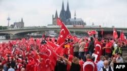 Pamje nga tubimi i djeshëm i mbështetësve të Erdoganit në Këln të Gjermanisë