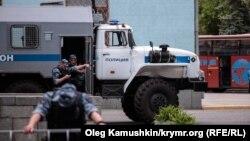 Российский ОМОН в центре Симферополя. 17 мая 2014 года.