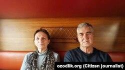 Отбывший 18 лет заключения в узбекской тюрьме бывший главный редактор оппозиционной газеты «Эрк» Мухаммад Бекжан с супругой Ниной Бекжан в поезде по маршруту Ургенч — Ташкент. 23 февраля 2018 года.