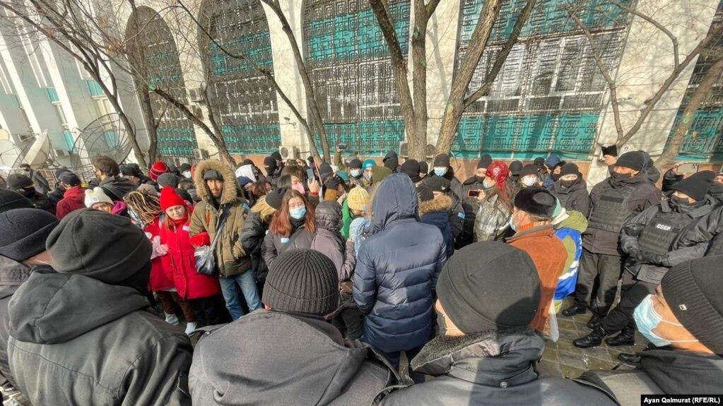 Активисты «Oyan, Qazaqstan», взятые в окружение бойцами спецподразделения полиции.