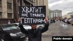 Казахстанский гражданский активист Ринат Кибраев с плакатом в руках у здания Государственной думы. Москва, 30 сентября 2013 года.