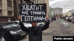 Белсенді Ринат Кибраев наразылық флэшмобында. Мәскеу, 30 қыркүйек 2013 жыл