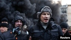"""Лидер партии """"УДАР"""" Виталий Кличко выступает перед активистами на улице Грушевского в Киеве (23 января 2014 года)"""