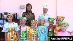 Тәрбияче Айгөл Фәтхетдинова балалар белән