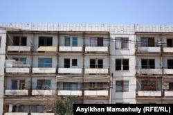 Здание общежития в поселке Торетам близ города Байконур. 14 июля 2013 года.