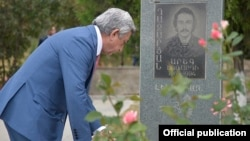 Nagorno-Karabakh - Armenian President Serzh Sarkisian lays flowers at a military cemetery in Stepanakert, 2Sep2016.