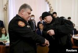 Сергій Бочковський (ліворуч) під час затримання, Київ, березень 2015 року