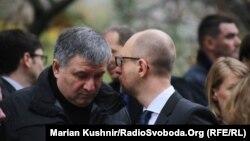 Прем'єр-міністр України Арсеній Яценюк (п) біля французького посольства у Києві разом з міністром внутрішніх справ Арсеном Аваковим (л), 14 листопада 2015 року