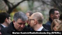 Глава МВС Арсен Аваков та прем'єр-міністр Арсеній Яценюк біля французького посольства
