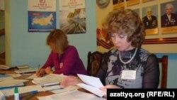 Ирина Сосновская Иркутскдегі орталық 710-сайлау учаскесіндегі сайлау комиссиясы мүшесі. 4 наурыз 2012 жыл
