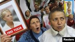 Ýuliýa Timoşenkonyň tarapdarlary suduň binasynyň öňünde Timoşenkony goldap, demonstrasiýa geçirýärler. Kiýew, 29-njy awgust, 2012.