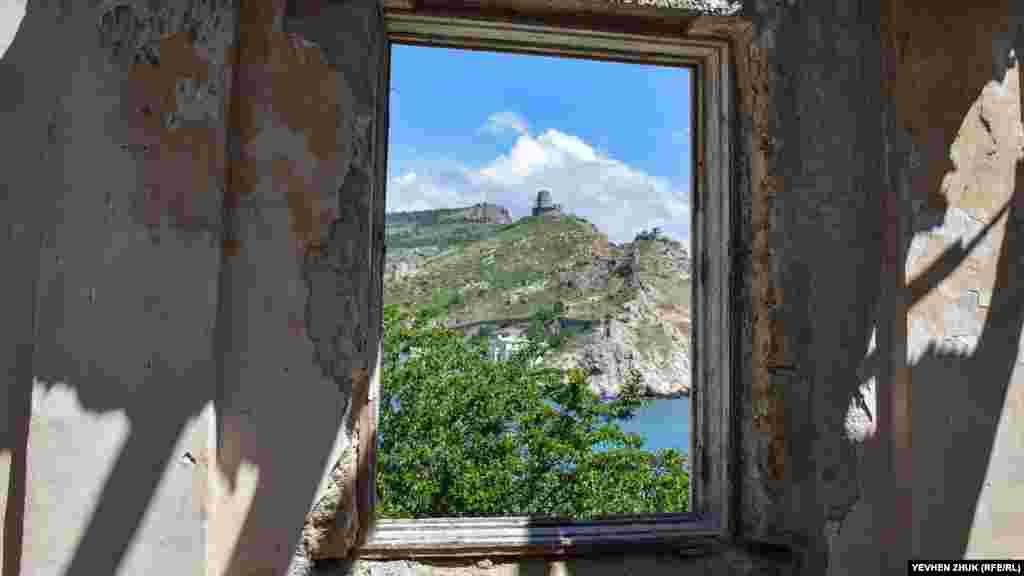 За окном, как в картинной раме, крепость Чембало