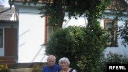 Ганна і Володимир Кулії через 57 років після одруження біля батьківської хати у Рівному