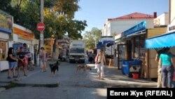 Небольшой рынок в конце улицы Матвея Воронина