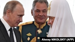 Слева направо: российский президент Владимир Путин, министр обороны России Сергей Шойгу и Московский патриарх Кирилл. Петербург, 30 июля 2017 года