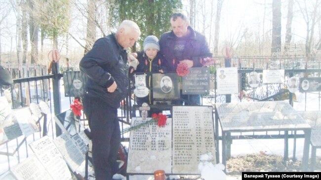 На могиле Якова Тукеева