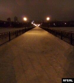Мост в парке Щербакова вечером