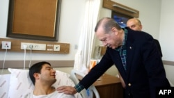 Turski predsjednik Recep Tayyip Erdogan u posjeti povrijeđenim policajacima u Istanbulu 11.decembra 2016.