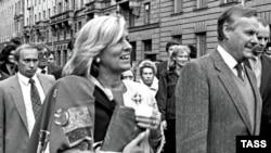 Ön planda Sankt Peterburqun o zamankı meri Sobchak, arxada onun işçisi Putin, 29 sentyabr 1992