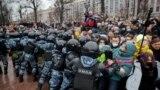 Полиция жасағы митинг кезінде Кремль сыншысы Алексей Навальныйдың жақтастарын ығыстыруға тырысып жатыр. Мәскеу, 23 қаңтар 2021 жыл.