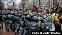 Полицията изблъсква демонстранти в Москва.
