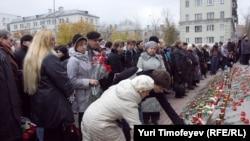 Мәскәүнең Дубровка театрына бүген кешеләр чәчәкләр китерә